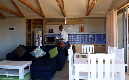 Lounge and kitchen area in eco-cabin Rocherpan